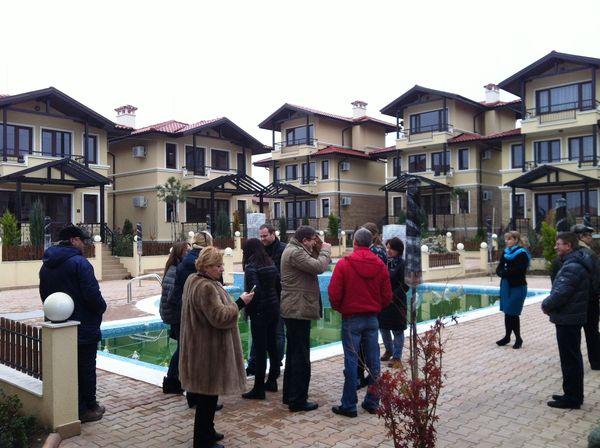 Участники смотрового тура Премиум Проперти на осмотре очередного комплекса апартаментов