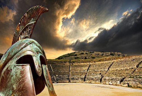 Римский амфитеатр и шлем. Фото: shutterstock.com
